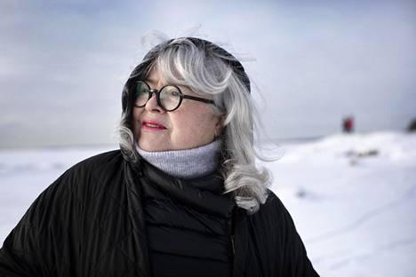 """Titta Jokinen muutti aviomiehensä kanssa Helsingin Lauttasaareen reilu vuosi sitten. """"Asuimme ennen Töölössä Topeliuksenkadulla, mutta kun asuintalomme viereen alettiin suunnitella ratikkalinjaa, päätimme lähteä pois. Kaunista täällä on, ja kotoani on vain pieni kävelymatka merenrantaan."""""""