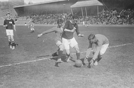 Ruotsi-Suomi -jalkapallomaaottelu pelattiin Tukholmassa 29.5.1919. Suomalaiset (tummemmissa paidoissa) vas. Arthur Englund, Ilmari Saxell ja maalivahti Niilo Tammisalo (vaaleampi paita). Ruotsi voitti ottelun 1–0.