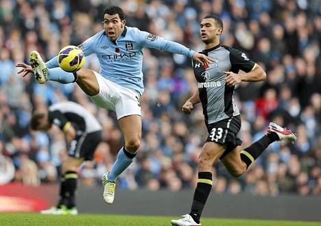 Carlos Tevez vauhdissa Valioliigan pelissä Tottenhamia vastaan.