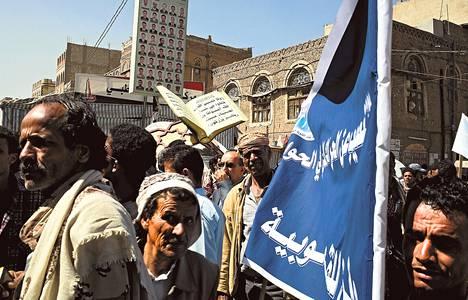 Kansallista vuoropuhelua vastustavat vallankumouksen kannattajat osoittivat mieltään Sanaassa maanantaina. Myös Etelä-Jemenin kaupungeissa järjestettiin mielenosoituksia sitä vastaan. Osa nimekkäistä poliitikoista boikotoi vuoropuhelua.