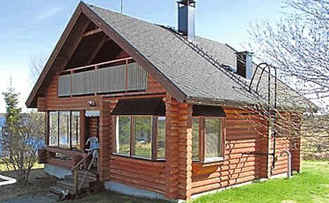 Kittilä, noin 1000 km Helsingistä. Hirsimökki Rautusjärven rannalla. Omaa rantaviivaa 50 metriä.Sähköt ja vesi- ja viemärijärjestelmä. Levin tunturikeskukseen vartin ajomatka.