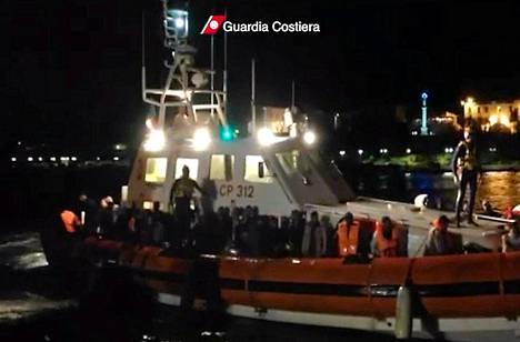 Noin 700 Eurooppaan pyrkinyttä siirtolaista pelastetiin Italian rannikolta. Kuva on Italian rannikkovartioston videokuvaa.