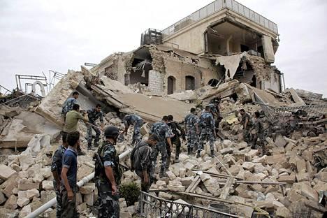 Syyrian presidentti Bashar al-Assadin joukot etsivät eloonjääneitä räjäytetyn hotellin raunioista Aleppossa torstaina.