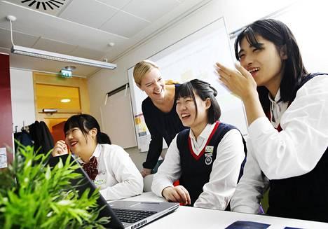 Liiketalouden opiskelijat Sun Jiamin, Mao Xinye ja Zhang Yiang tekivät opettaja Sanna Nummelan kanssa Suomi-tietokilpailua.