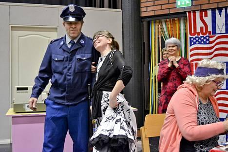 Lusti-teatterin näytelmässä riittää juonen käänteitä. Kahvilanpitäjä Salli (Johanna Marjakoski) tässä poliisi Koikkalaisen (Jukka Perälä) kainalossa.
