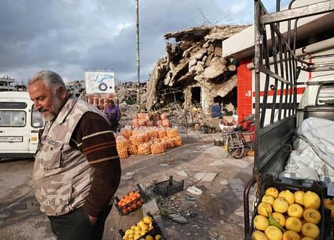 Bašar Jinnat myy mandariineja Homsissa Syyriassa.