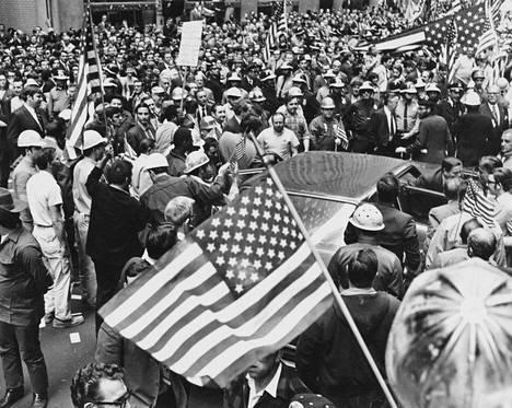 """Opiskelijanuorten ja rakennustyöläisten välille puhkesi """"hard hat riotiksi"""" kutsuttu mellakka New Yorkissa toukokuussa 1970."""