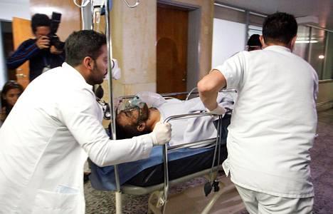 Chapecoensen pelaajaa Alan Luciano Ruschelia tuodaan sairaalaan.