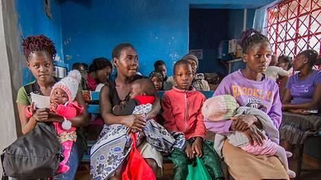 Kiberan slummin asukkaita Keniassa jonottamassa terveystarkastukseen koronaviruksen leviämisen estämiseksi maaliskuun 20. päivänä.