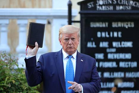 Yhdysvaltojen presidentti Donald Trump piteli Raamattua valokuvaustilaisuudessa episkopaalikirkon edessä lähellä Valkoista taloa Washingtonissa.