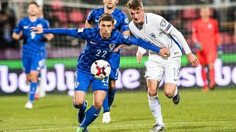 Josip Pivaric karkaa pallon kanssa Janne Sakselalta.