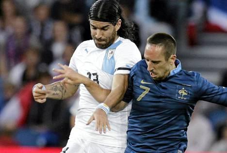 Uruguayn maajoukkueessakin pelaava Sebastian Abreu (vas.)  ja Ranskan Franck Ribery taisytelivat pallosta Le Havressa pelatussa harjoitusottelussa.