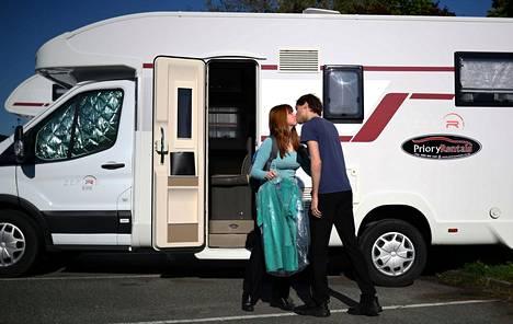 Lääkäripariskunta Jared Leggett ja Amy Kitchen asuu sairaala-alueella asuntovaunussa The Royal Blackburn -opetussairaalan edessä.