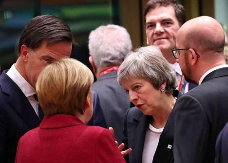 Britannian pääministeri Theresa May keskusteli torstaina Brysselissä Saksan liittokanslerin Angela Merkelin (selin) kanssa. Vieressä kuuntelevat Hollannin pääministeri Mark Rutte (vas.) ja Belgian pääministeri Charles Michel (oik.).