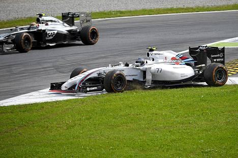 Valtteri Bottas ajautui nurmelle, kun hän yritti ohittaa McLareniin Kevin Magnussenia ja McLaren törmäsi Bottaksen autoon.