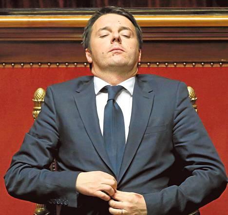 Italian pääministeri Matteo Renzi napitti puvuntakkiaan Italian senaatin istunnossa helmikuussa.