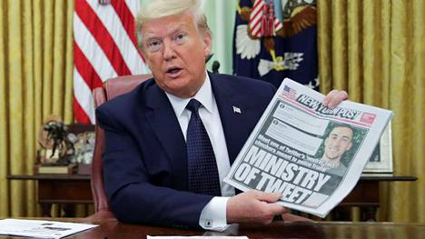 Presidentti Donald Trump esitteli New York Post -lehden kantta puhuessaan toimittajille tilaisuudessa, jossa allekirjoitti määräyksen pykälä 230:n muuttamisen valmistelusta.
