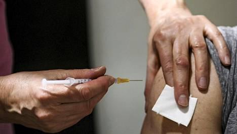 Hoitaja antoi rokotuksen Pfizerin ja Biontechin rokotteella koronarokotusasemalla Helsingin Jätkäsaaressa huhtikuussa.