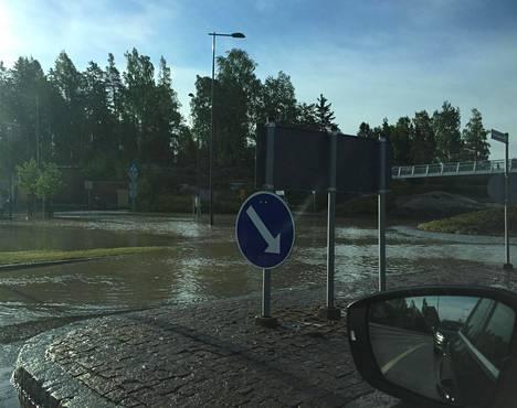 Vesi tulvi kaduille Espoon Lintuvaarassa torstaina. Kuva on lukijan ottama.