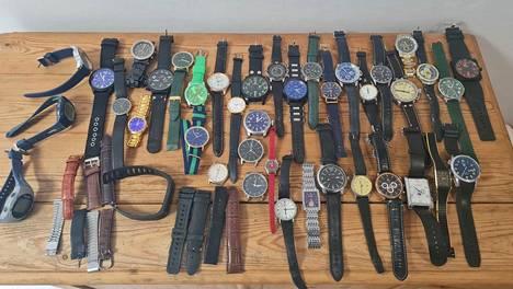 Roman Luksson myy kellokokoelmaa, josta uskoo saavansa 200–300 euroa.