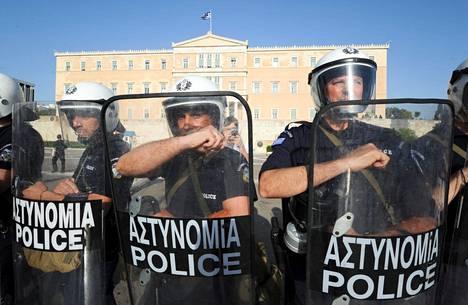 KREIKAN TALOUSKRIISI. Vuosikymmenen alussa Kreikka kamppaili vakavan talouskriisin kourissa. Mellakkapoliisi varmisti parlamenttitalon edustan, kun sisällä äänestettiin Kreikan säästöpaketista toukokuussa 2010.