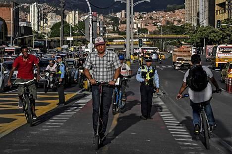 Sähköpotkulautojen käyttäjiä Kolumbian Medellinissä.