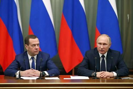 Venäjän pääministeri Dmitri Medvedev (vas.) ja presidentti Vladimir Putin keskiviikkona hallituksen kokouksessa.