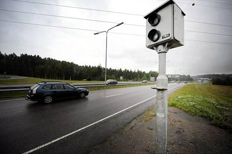 Nopeusvalvontakamera Kehä III:lla Vantaalla heinäkuussa 2011.