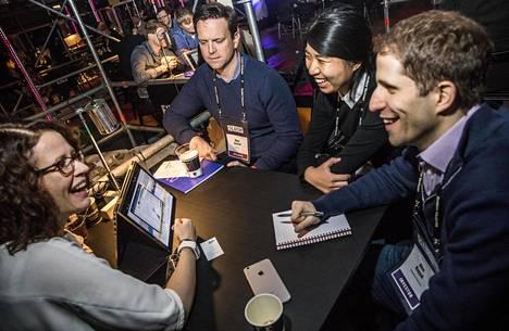Tekoälyn avulla asiakaskokemuksia hallinnoivan Lumoan Johanna Sinkkonen (vas.) neuvottelee Salesforce Venturesin Matt Garrattin, Lillian Lin ja Alex Kayyalin kanssa.