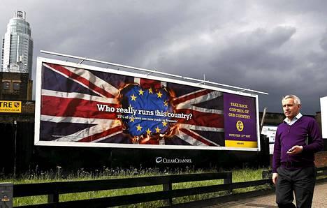 Ukip-puolueen kampanjajuliste kyselee kuka maata johtaa. Kuva on otettu Vauxhallissa Lontoossa viime tiistaina.