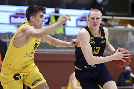 Max Besselink (oik.) pelasi Korisliigan ottelussa BC Nokiaa vastaan helmikuun alussa. Nokian Antti Ahonen yritti pysäyttää Besselinkin.
