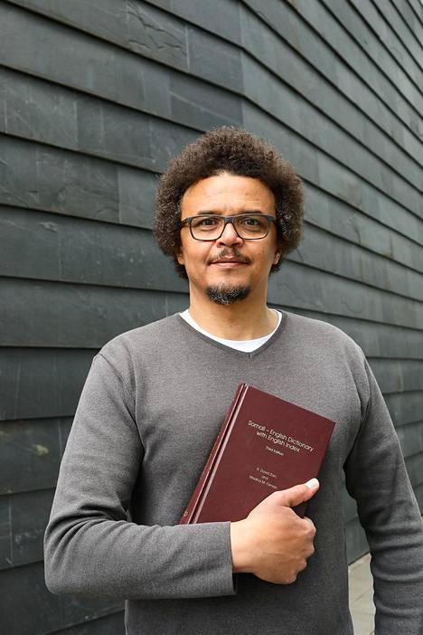 Liban Ali Hersi työskentelee Kotimaisten kielten keskuksessa. Suomeen hän saapui vuonna 1990.
