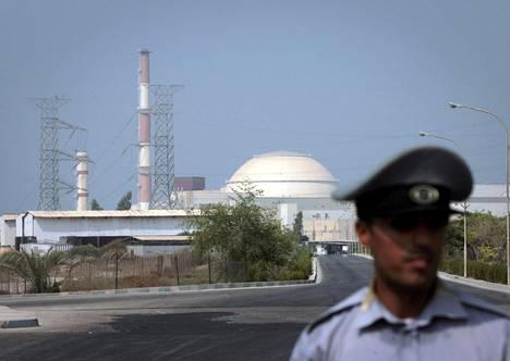 Iranilainen vartija valvoi tilannetta Etelä-Iranissa sijaitsevan Bushehrin ydinvoimalan edustalla elokuussa 2010.