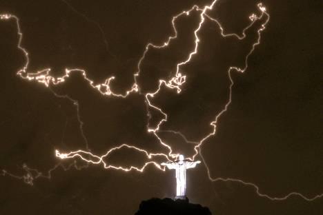 Salamat ympäröivät Kristus-patsasta Corcovadon vuorella Rio de Janeirossa torstaina.