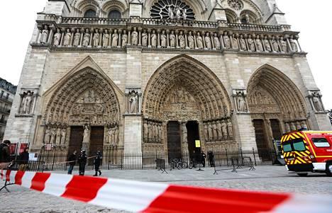 Poliisi tyhjensi Notre Damen katedraalin edustaa miehen ammuttua itsensä kirkossa tiistaina.