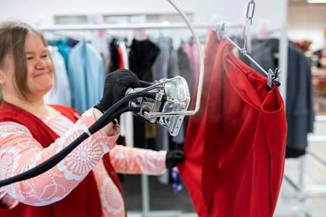 Höyrysilityksellä vaatteet huolitellaan myyntikuntoon.