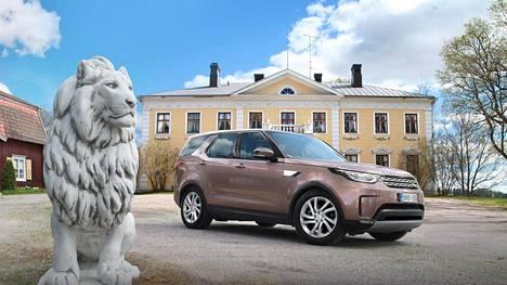 Land Rover Discovery on elegantti monikäyttöauto, jolla pärjää niin tien päällä kuin hieman haastavammassakin maastossa erinomaisesti. Auton korissa on käytetty yhä enemmän alumiinia painon hillitsemiseksi.