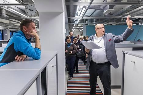 Osa Hämeenkylän koulun oppilaista siirtyy syksyllä uuteen kouluun Sanomalan toimistotaloon. Rehtori Pasi Majasaari esittelee uusia tiloja vanhemmille.