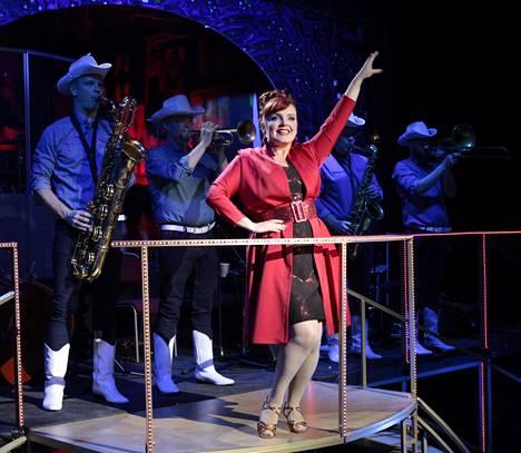 UIT:n Herkkua kuin heinänteko -revyytä esitettiin Linnanmäen Peacock-teatterissa vuonna 2019. Kuvassa etualalla Nina Tapio.