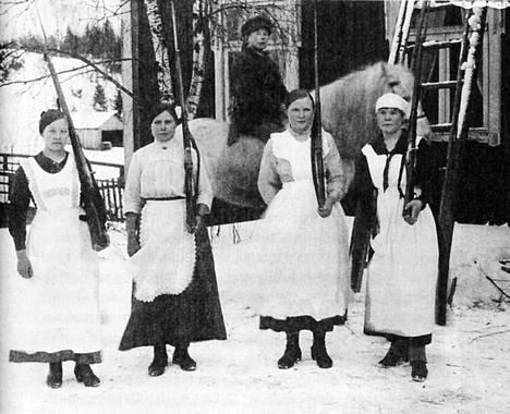 Ruoveden Muroleessa punaisten huoltotehtävissä toimineet naiset tarttuivat aseisiin valokuvaamista varten keväällä 1918.