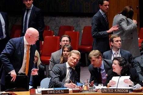 Venäjän YK-lähettiläs Vasili Nebenžja (vas.) väitteli Britannian YK-lähettilään Karen Piercen (oik.) kanssa YK:n turvallisuusneuvostossa torstaina.