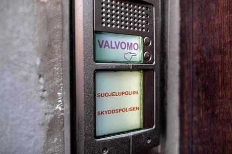 Suojelupoliisin ovi Helsingin Ratakadulla.