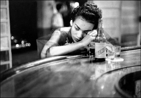 """""""Tuhma tyttö bordellissa punaisten lyhtyjen alueella."""" Havanna, Kuuba, 1954."""