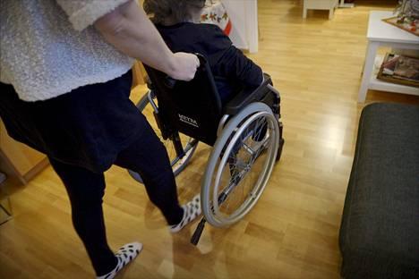 Vanhukset ovat palvelutalon asiakkaita, jotka maksavat kaikesta itse. Heidän valintojaan voidaan kunnioittaa liikaa, niin että ne kääntyvät heidän hyvinvointiaan vastaan.