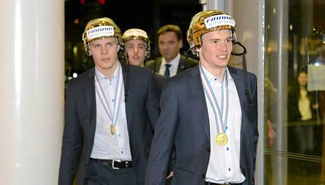 Mikko Lehtonen (vasemmalla), Teuvo Teräväinen (keskellä) ja Artturi Lehkonen saapuivat Suomeen ruotsalaisilta varastetut kultakypärät päässä.