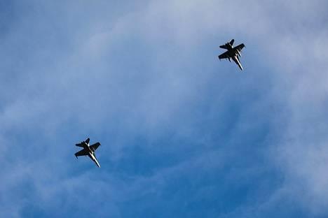 Suomalaiset F-18-hävittäjät lensivät Trident Junctur -sotaharjoituksen näytöksessä Norjan Trondheimissa 30. lokakuuta.