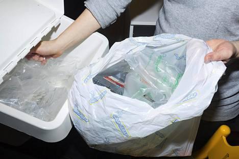 Tällä hetkellä todennäköisimmältä näyttää kierrättämättömän muovin vero, sanoo valtiovarainministeri Mika Lintilä (kesk).