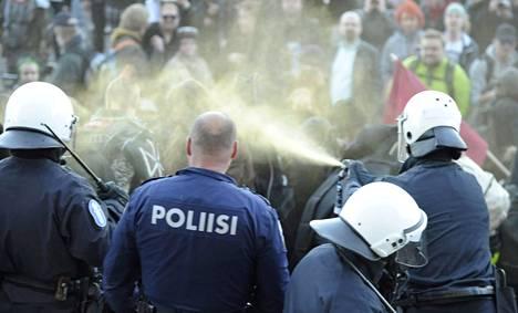Eduskuntatalolle pääsyn poliisi esti suihkuttamalla pippurisumutetta.