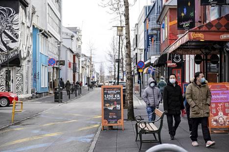 Turisteja kävelyllä Reykjavíkin keskustassa huhtikuun alussa.