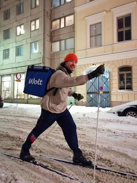Kasperi Korhonen on tiettävästi ainoa Wolt-kuski, joka on tänä talvena uskaltautunut vetämään sukset jalkaansa.